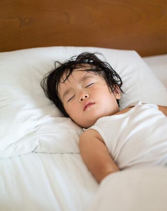 子供が汗びっしょりで寝ている画像