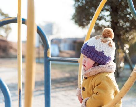 子供が公園で遊んでいる画像
